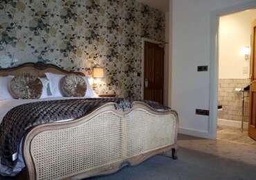 **Weekend Package** Dinner Bed & Breakfast - Deluxe King Bedroom (NOT DOG FRIENDLY)