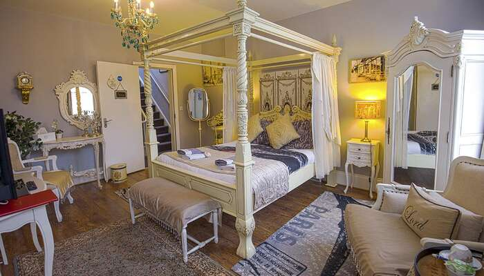 Executive Double Room With 4-Poster Bed Paris * (2 Adults)