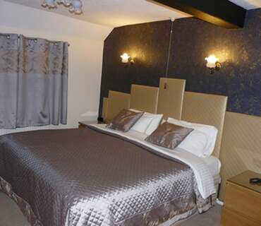 Large double en-suite room with shower and bath
