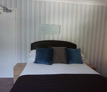 Small Double Room With En-suite (including Breakfast)