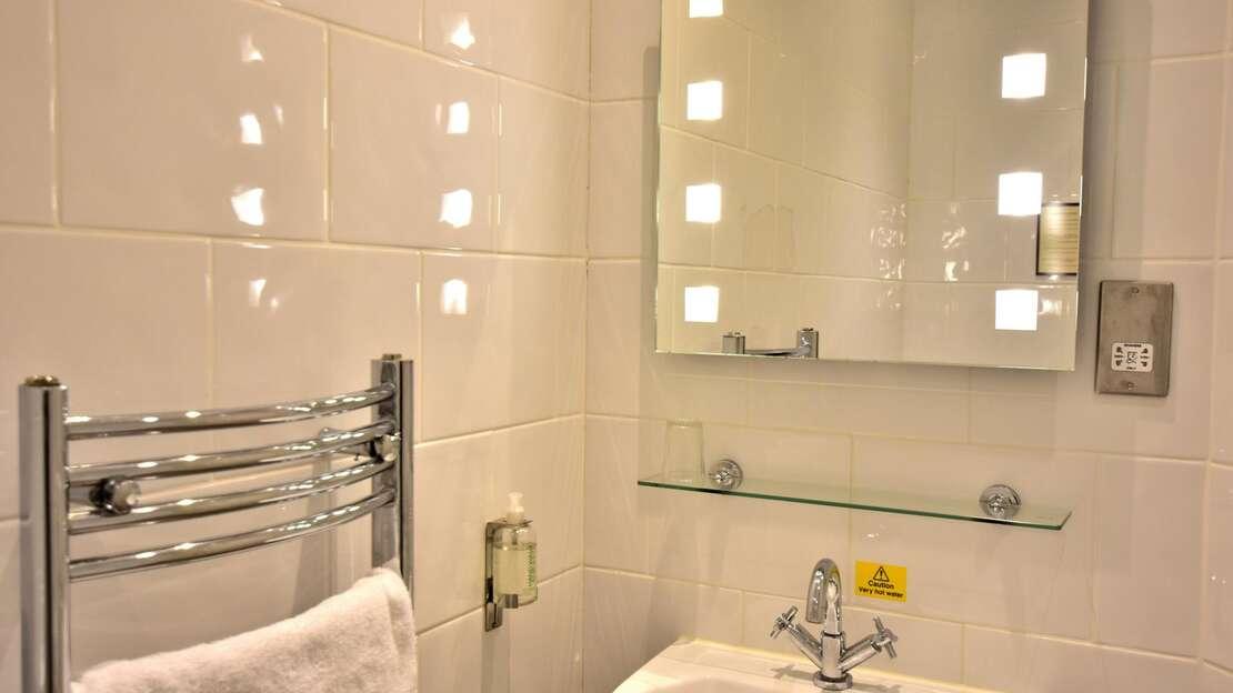 Room 8 Bathroom.JPG_1562704896