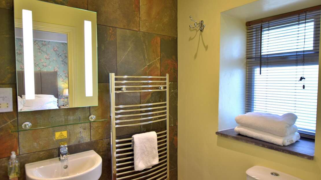 Room 12 Bathroom.JPG_1562712073