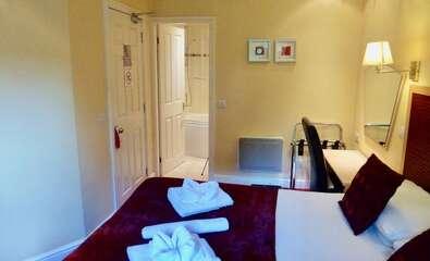 Double En-suite Bath with shower inc. Breakfast Room 7