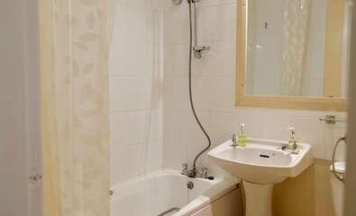 Standard Double En-suite Bath inc. Breakfast Room 12