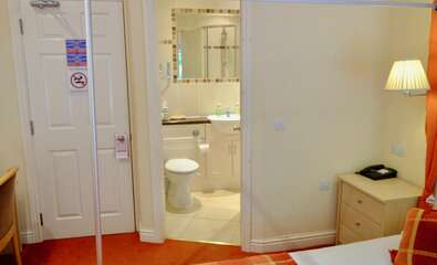 Contemporary four poster Ensuite Shower inc. Breakfast Room 10