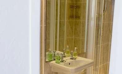 Traditional Four Poster En-suite shower inc breakfast Room 15