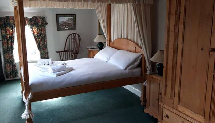 Four Poster En-suite Room (inc. Breakfast)