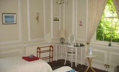 Georgian Twin Room with private bathroom (inc. Breakfast)