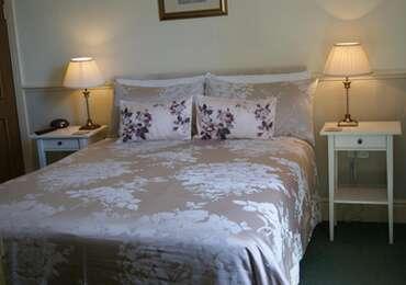 Room 2 - Spacious- En-suite Room (inc. Breakfast)