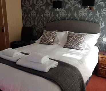 Standard KingSmall L shaped En-suite Room (inc. Breakfast )