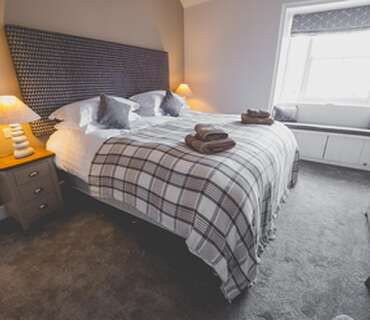 *King Size En-suite Room With Adjoining Family Room With Bunk-beds (Inc. Breakfast) *(4 people)